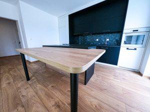 vzorový byt kuchynská časť s jedálenským stolom