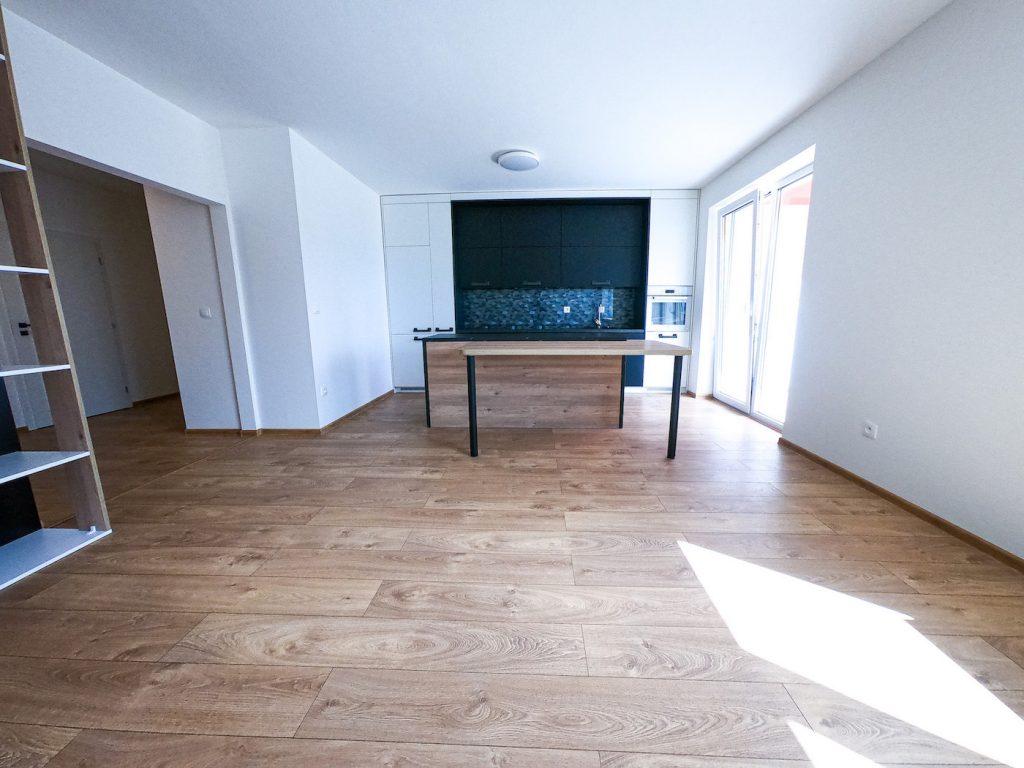 vzorový byt pohľad z obyvacej do kuchynskej časti bytu