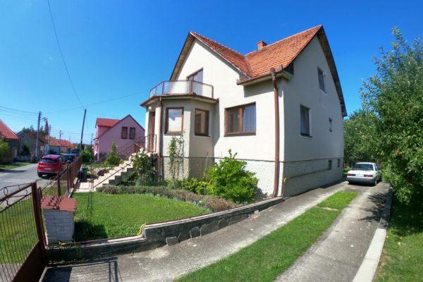 Dvojpodlažný rodinný dom s dvomi balkónmi, Žitavany